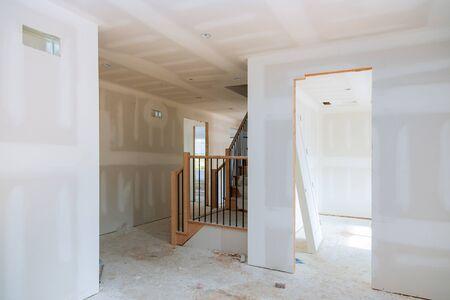 Foto de walls plasterboards with room under construction with finishing putty in the room - Imagen libre de derechos