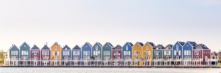 Foto de Row of colorful modern houses along water in a family friendly suburban neighborhood in Houten in the Netherlands. - Imagen libre de derechos