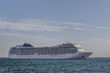 Photo pour CRUISE SHIP - A beautiful passenger ship maneuvers in the port of Gdynia - image libre de droit