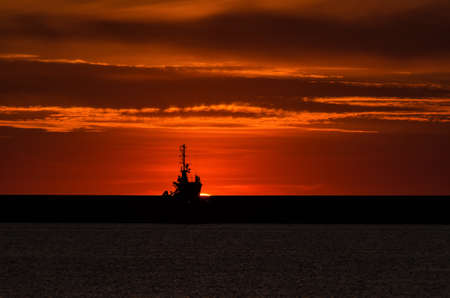 Photo pour Sunrise over the seaport - image libre de droit
