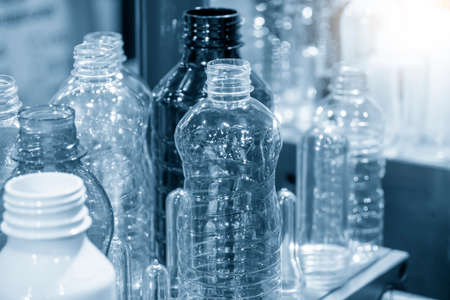 Photo pour The PET bottles  sample collection  in the drinking water factory. The hi-technology of plastic bottle manufacturing process. - image libre de droit