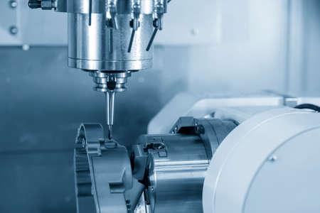 Photo pour 4-axis CNC machining center cutting the automotive parts. Hi-technology manufacturing by multi-axis CNC milling machine. - image libre de droit