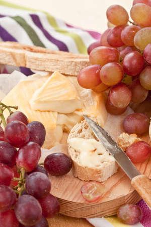 Kaese, Brot und frische Weintrauben