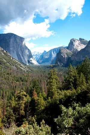 Photo pour The scenic view from Oak Flat Road shows El Capitan and Half Dome , Sierra Nevada , California. - image libre de droit