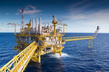 Photo pour Oil and Gas processing platform that produce natural gas and condensate. - image libre de droit
