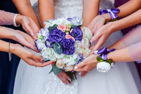 Foto für Wedding bouquet in the hands of the bride. Many hands of girl. - Lizenzfreies Bild