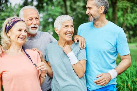 Photo pour Smiling active senior people posing together in the park - image libre de droit