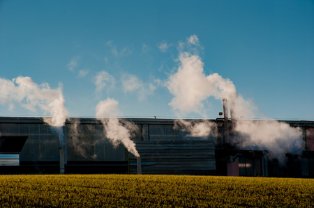 Foto de industrial chimneys that pollute the air - Imagen libre de derechos