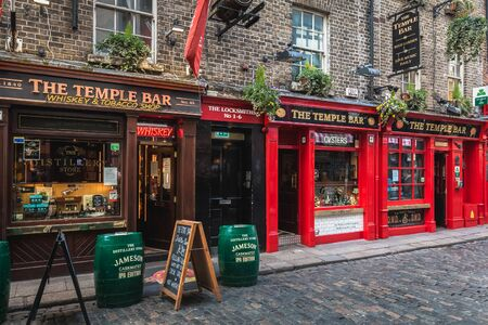 Photo pour Dublin, Ireland - February 16, 2019: Temple Bar District - street atmosphere in the famous Irish pub district Temple Bar where people are walking on a winter day - image libre de droit