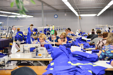 Photo pour GUKOVO, RUSSIA - SEPTEMBER, 2016: Workers work in a garment factory - image libre de droit