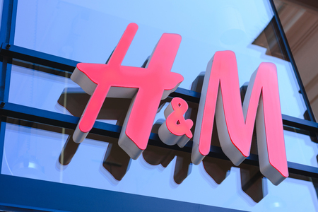 Photo pour PRAGUE, CZECH REPUBLIC - MAY 2017: close up shot of H&M logo. H & M Hennes & Mauritz AB is a Swedish multinational retail-clothing company, known for its fast-fashion clothing - image libre de droit