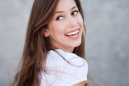 Photo pour Young woman smiling - image libre de droit
