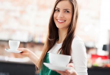 Photo pour Waitress serving coffee - image libre de droit