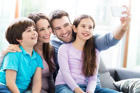 Photo pour Family taking photo of themselves - image libre de droit