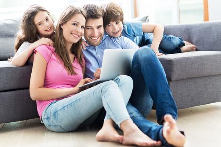 Foto de Family using a laptop at home - Imagen libre de derechos