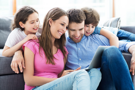 Foto de Family using a laptop at home - Imagen libre de derechos