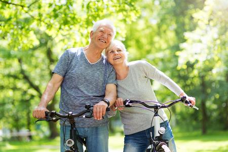 Foto de Senior Couple Riding Bikes In Park - Imagen libre de derechos