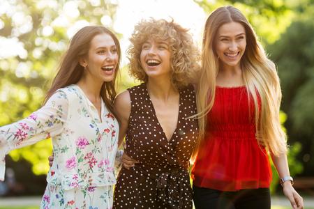 Photo pour Group Of Three Female Friends Having Fun Together - image libre de droit
