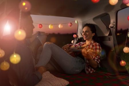 Photo pour Young couple out on a road trip - image libre de droit