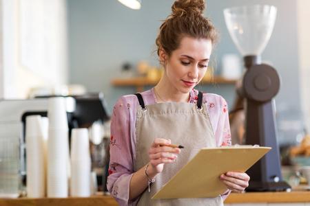 Photo pour Woman working in coffee shop - image libre de droit