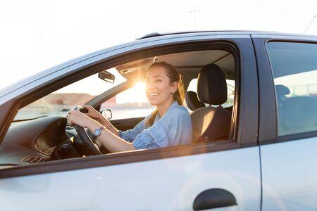 Photo pour Woman traveling by car - image libre de droit