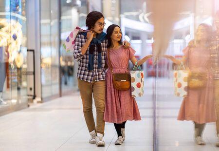 Photo pour Happy young couple in shopping mall - image libre de droit