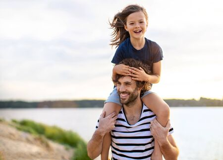 Photo pour Father with a child spending the day at the beach - image libre de droit