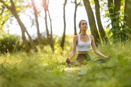Photo pour Fit young woman exercising in nature - image libre de droit