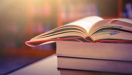 Photo pour Stack of books in the library and blur bookshelf background - image libre de droit