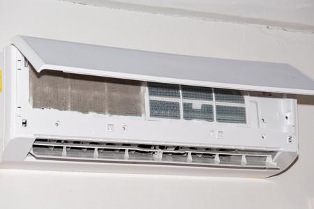 Photo pour clean air conditioner at home (dust) - image libre de droit