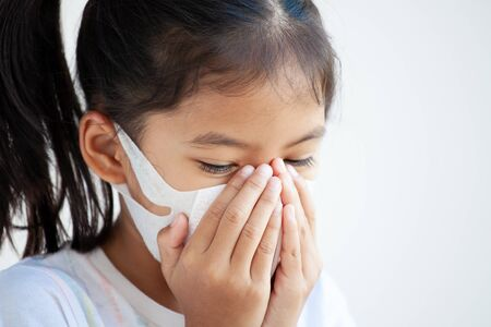 Photo pour Cute asian child girl wearing protection mask to against air smog pollution with PM 2.5, anti smog and viruses. Air pollution and environmental concept. - image libre de droit