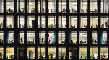 Foto de Windows of office building at night - Imagen libre de derechos