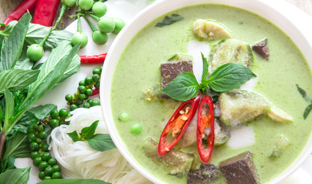 Photo pour Green curry creamy coconut milk with chicken , the Popular Thai food called Gaeng Keow Wan Gai on wooden table - image libre de droit