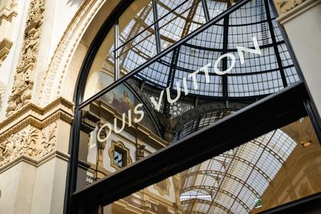 Foto per Milan, Italy - September 24, 2017:  Louis Vuitton store in Milan. Fashion week Louis Vuitton shopping - Immagine Royalty Free