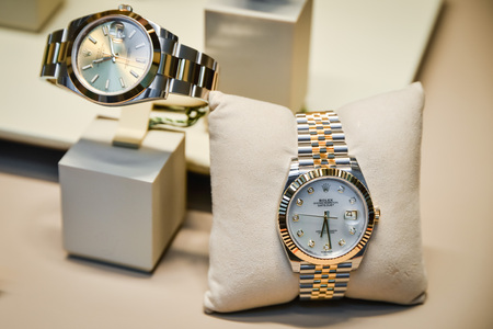Foto per Milan, Italy - September 24, 2017:  Rolex watches in a store in Milan. Fashion week Rolex shopping - Immagine Royalty Free