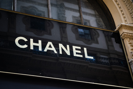 Foto per Milan, Italy - September 24, 2017:  Chanel store in Milan. Fashion week Chanel shopping - Immagine Royalty Free