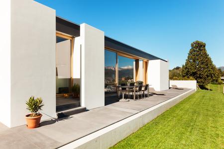 Foto de beautiful modern house in cement, view from the garden - Imagen libre de derechos