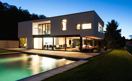 Photo pour Modern villa with pool, night scene - image libre de droit