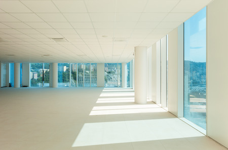 Photo pour Interior, glass wall in the office building - image libre de droit