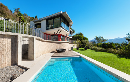 Photo pour Modern villa with pool, view from the garden - image libre de droit