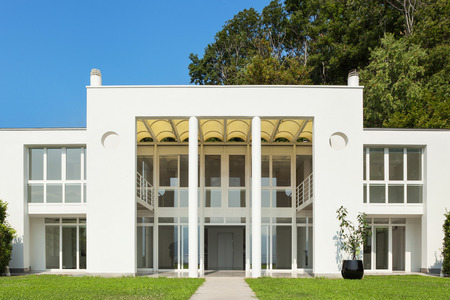Foto de Architecture, white modern villa, view from the garden - Imagen libre de derechos