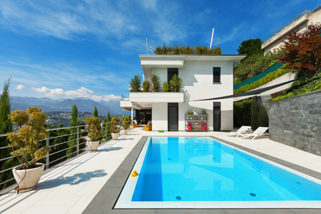 Photo pour beautiful white house with swimming pool, summer day - image libre de droit