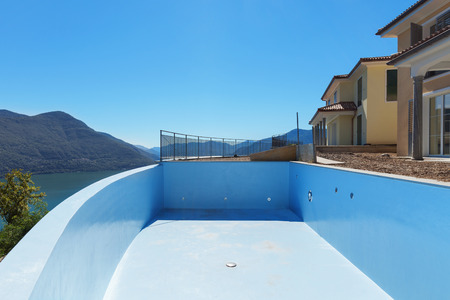 Photo pour empty pool of houses under construction, exterior - image libre de droit