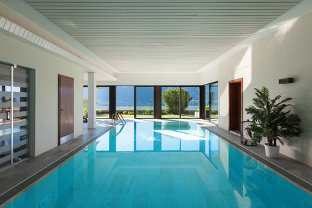 Foto de house with garden, Indoor swimming pool - Imagen libre de derechos