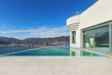 Photo pour beautiful modern house with infinity pool, exterior - image libre de droit