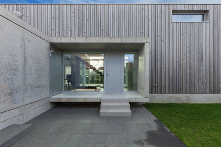 Photo pour Entrance of a modern house in concrete and wood, exterior - image libre de droit