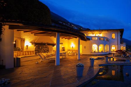 Foto de Exterior of a modern house villa - Imagen libre de derechos