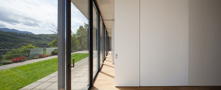 Photo pour corridor of modern building, windows overlooking the garden - image libre de droit