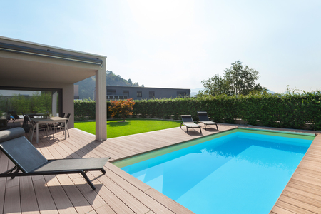 Photo pour modern house with pool, loungers sun by the pool - image libre de droit