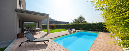 Photo pour modern house with pool, loungers by the pool - image libre de droit
